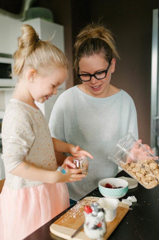 mama z córką spędza czas w kuchni
